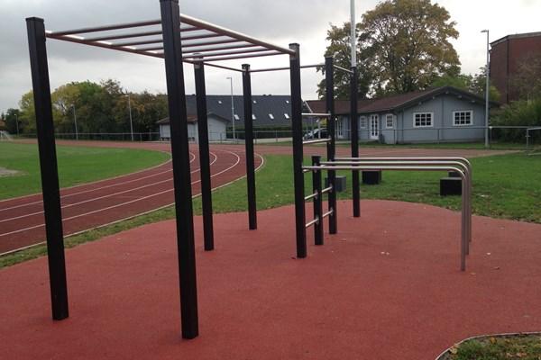 Træningsstativer på atletikbane