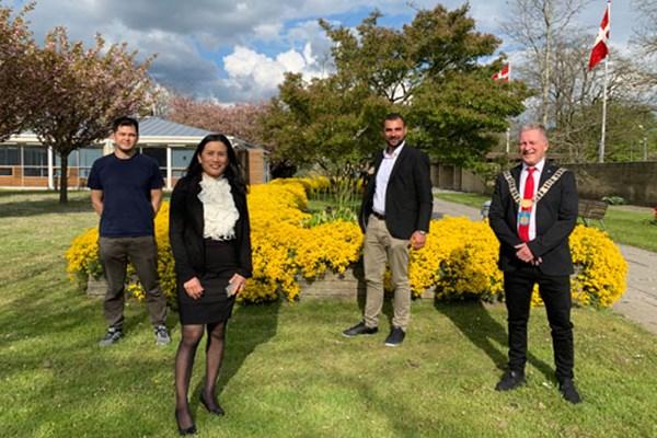 Borgmester Kent Magelund sammen med Kuni, Nathinee og Dino som er tre af de 18 nye danske statsborgere, der netop har deltaget i en Grundlovsceremoni på Brøndby Rådhus
