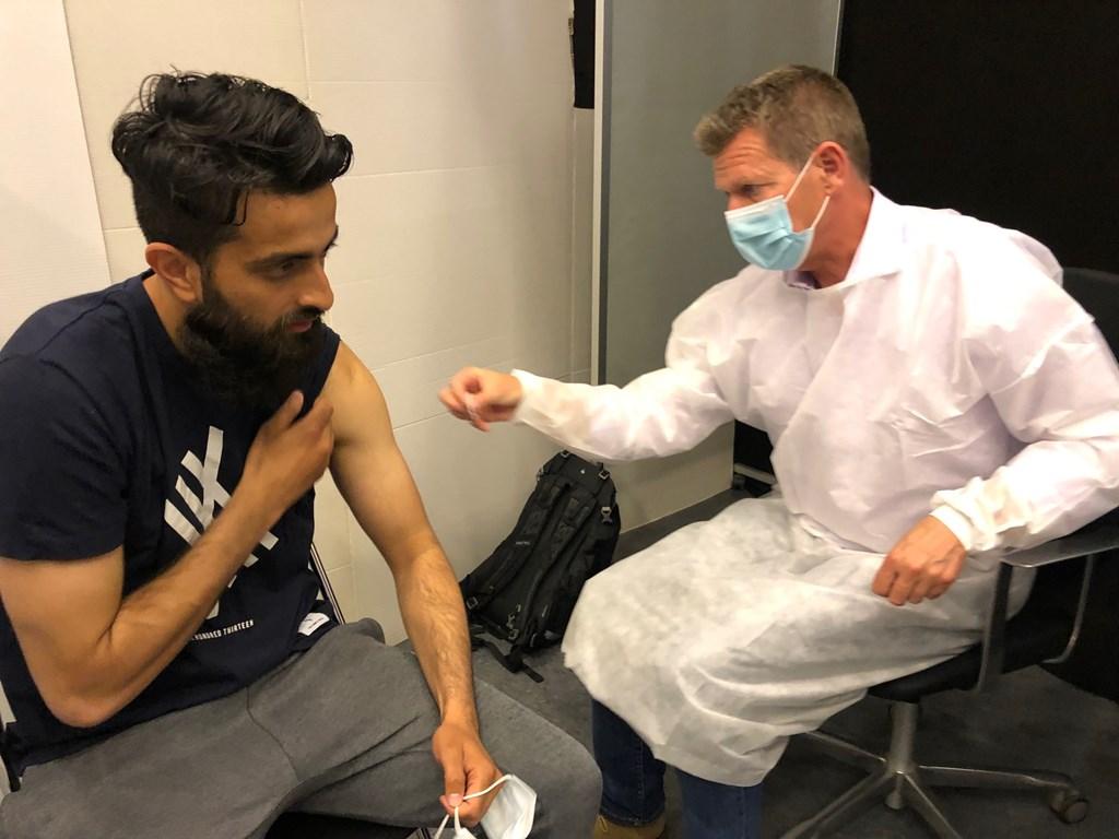 Hassan Bashir får coronavaccination af Søren Brostrøm i forbindelse med lokal vaccinationsindsats i Brøndby Strand